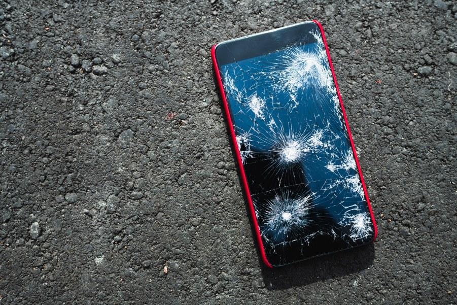 uszkodzony ekran smartfona